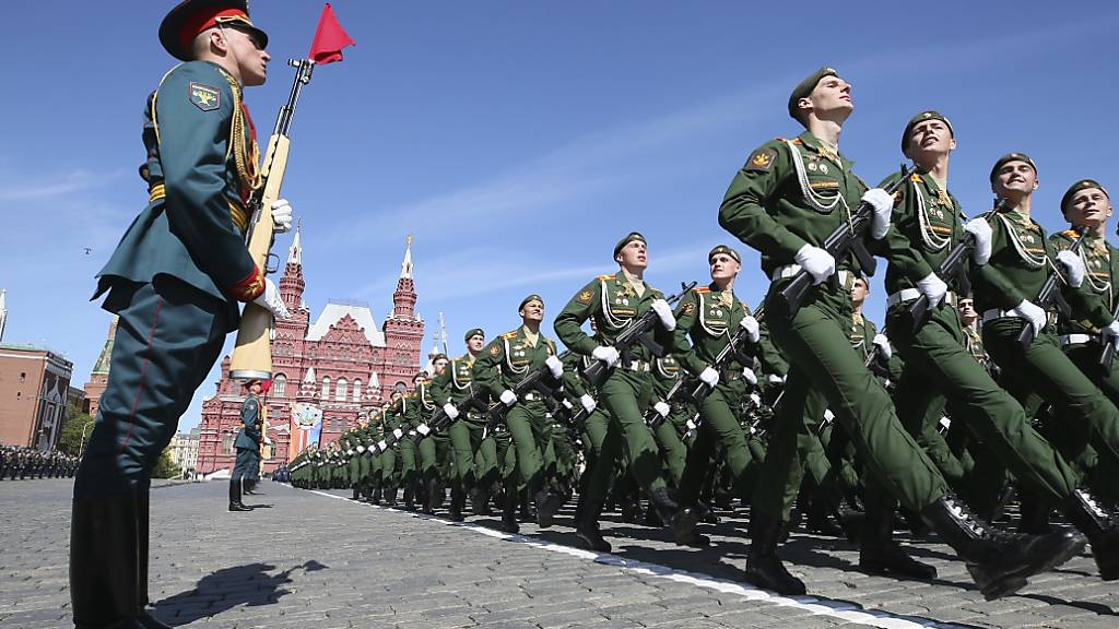 ARCHIV - Soldaten marschieren bei der Militärparade zum Tag des Sieges durch die russische Hauptstadt. Foto: Maxim Shipenkov/POOL EPA/AP/dpa