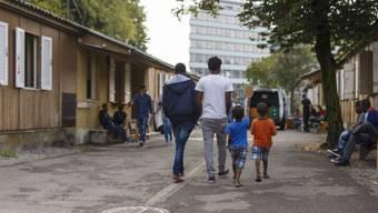 Nach dem Roten Kreuz und dem evangelischen Hilfswerk HEKS hat sich nun auch der Stadtrat gegen den Sozialhilfe-Stopp geäussert. (Symbolbild: Flüchtlinge warten in einem Zentrum in Zürich auf den Asylentscheid)