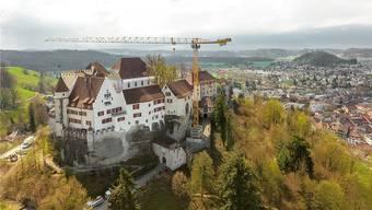 Seit April 2018 steht der Kran beim Schloss Lenzburg.