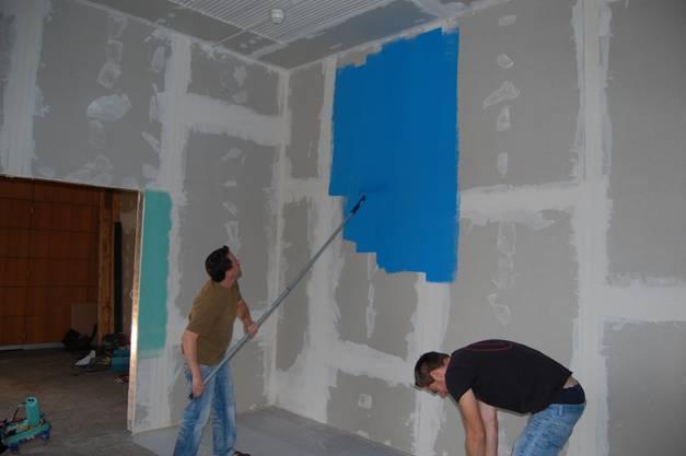 Hier ein Bild von den Umbauarbeiten 2014: Nico Barth und Alain Ammann streichen den Backstage-Raum der neuen Mausefalle