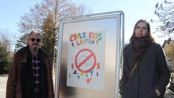 Michael Herzog von der Stadtpolizei und Ursula Mutti vom Elternrat Eichholz präsentieren die Plakatkampagne.