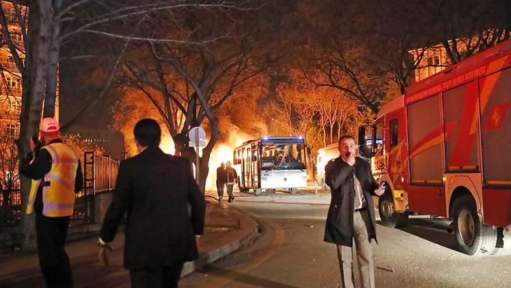 Der Anschlag auf einen türkischen Armeebus in Ankara, bei dem mindestens 28 Menschen starben, sorgte international für Entsetzen. Hinweise auf die Urheber liegen nach offiziellen Angaben noch nicht vor.