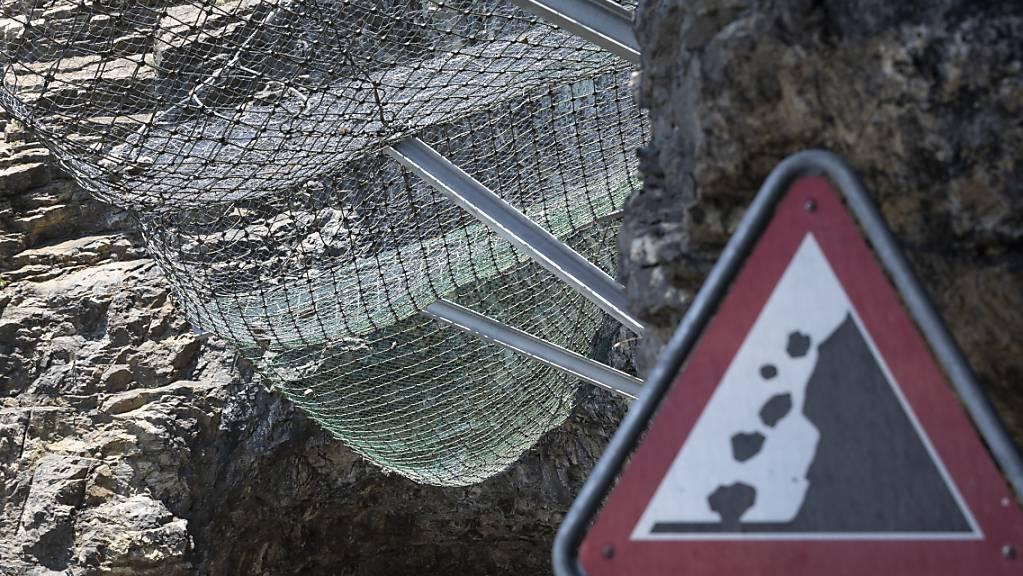 Innerhalb von weniger als 24 Stunden musste die Axenstrasse wegen Steinschlags zweimal gesperrt werden. (Archivbild)