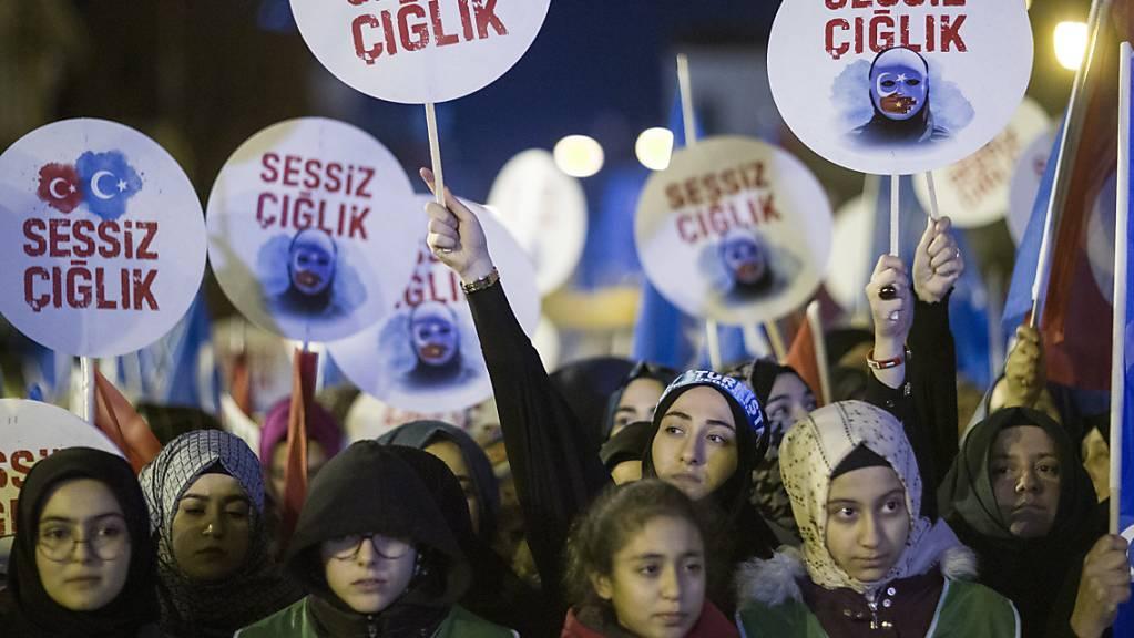 «Schliesst die Konzentrationslager» - gemeinsamer türkisch-uigurischer Protest in Istanbul.