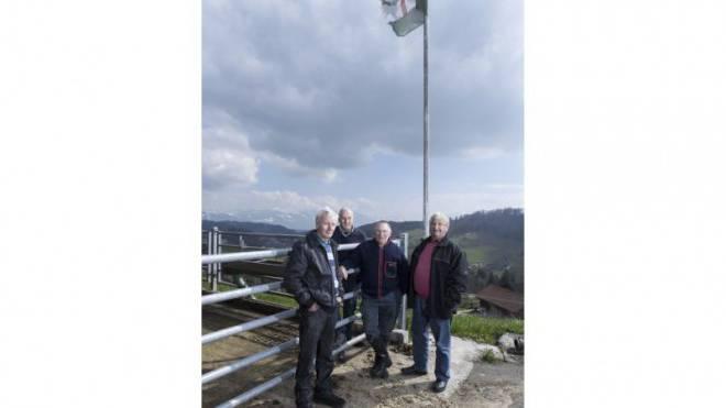 Walter (70) und Erich (66) Feurer, Ruedi Wettstein (64) und Ulrich Kamm (67) (von links) auf dem Hof der Wettsteins in Rickenbach bei Wald ZH. Mitstreiter Peter Meister fehlt. Foto: Daniel Desborough