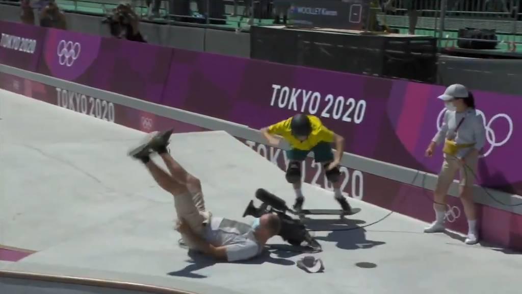 Olympia-Skateboarder fährt Kameramann über den Haufen