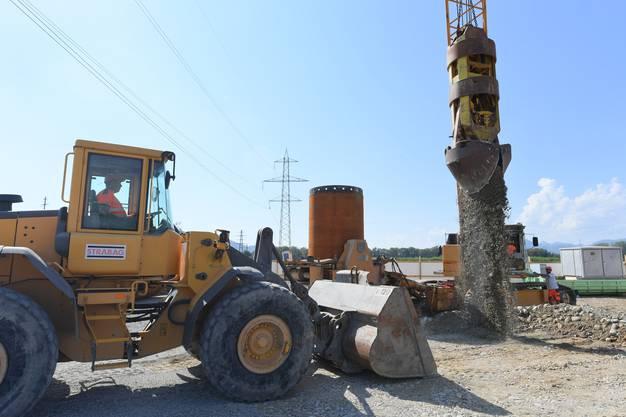 Die Maschine bohrt etwa 28 Meter in die Tiefe – bis sie auf den Fels trifft.
