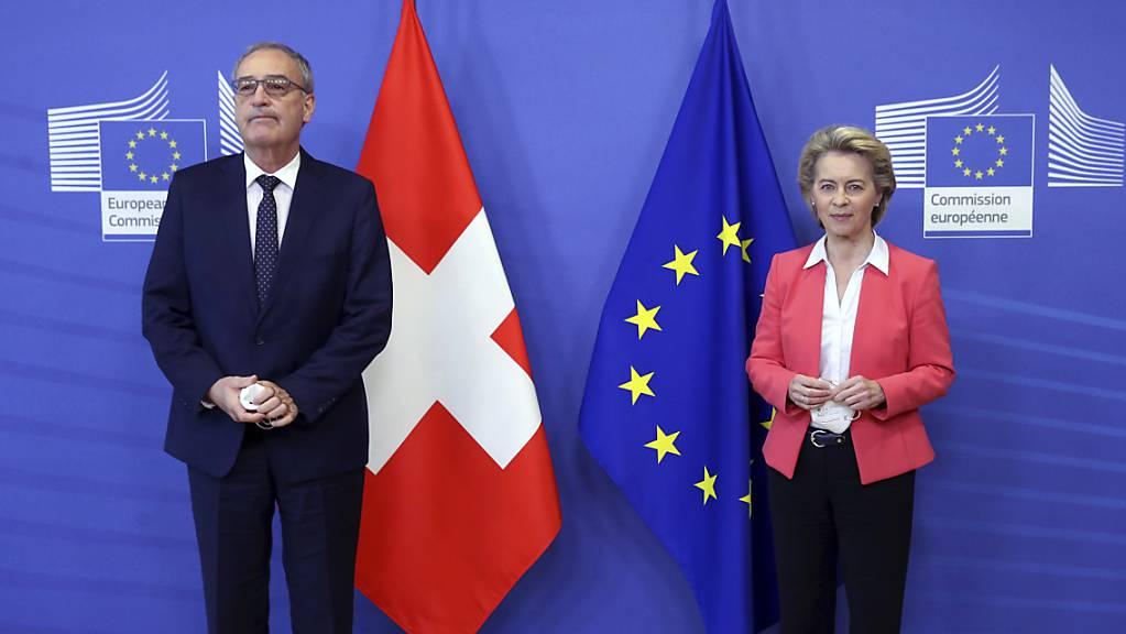 Eine Mehrheit der Schweizer Bevölkerung lehnt laut einer Tamedia-Umfrage das Rahmenabkommen mit der EU ab. Das Volk stützt damit den Entscheid des Bundesrates. Im Bild Bundespräsident Guy Parmelin nach seinem Treffen mit der EU-Kommissionspräsidentin Ursula Von der Leyen. (Archivbild)