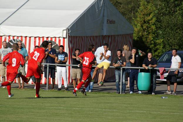 Stefan Kohler (Nr 25) lässt sich feiern, hinten Zivko Cajic (20) und Pascal Widmer (9).