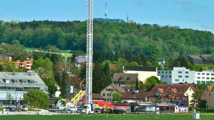 Urdorf – in der Mitte steht der Free Fall Tower am kommenden Urdorffest. Am Donnerstag öffnet die Chilbi ihre Tore.