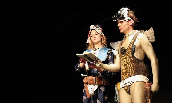 Sarah Oswald und Mathias Hannus in experimentellen Kostümen. Das Theaterformat «Sauser und Bärlauch» ist ein in loser Folge stattfindender Abend, an dem man Newcomern begegnen kann, welche am Anfang einer vielleicht vielversprechenden Karriere stehen.