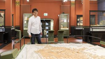 Dave Roth steht im Vindonissa Museum beim Modell des einzigen römischen Legionslager der Schweiz – ungefähr da, wo er heute mit seiner Familie lebt.