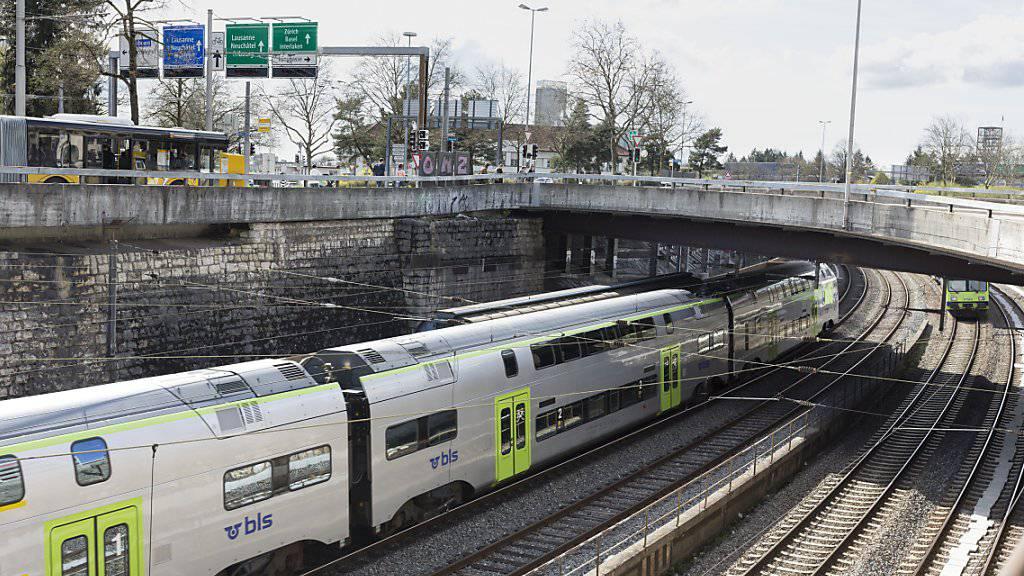 Der öffentliche Verkehr will seinen Energieverbrauch bis 2050 um 30 Prozent senken: BLS-Zug in Bern. (Archiv)