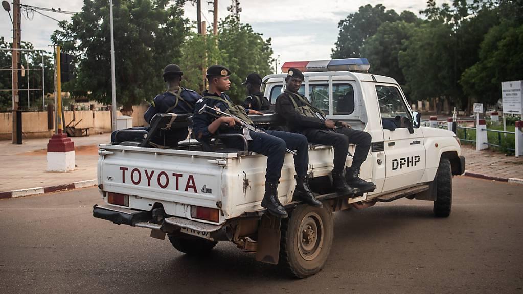 Bewaffnete Polizisten sitzen auf einem Toyota-Pickup in der Hauptstadt der Republik Niger.