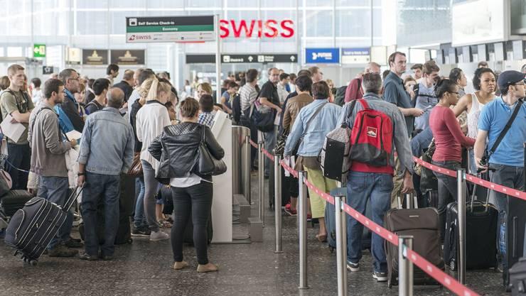 Ohne Wegbeschreibung ist das Flughafenpfarramt von Seelsorger Walter Meier im alltäglichen Gewusel am Check-in 1 vom Flughafen Zürich nur schwer zu finden.  key