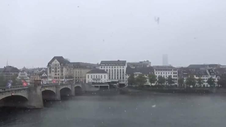 Auch in Basel fielen in den frühen Abenstunden am Samstag weisse Flocken vom Himmel.