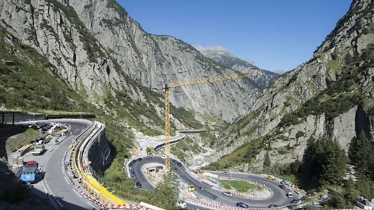 Die kurvenreiche Strasse durch die Schöllenen 2016 während den Sanierungsarbeiten. Dabei wurde auch eine neue Route für Velofahrer und Wanderer geschaffen.