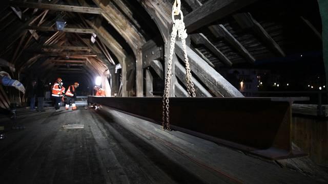 Nach Brand der Holzbrücke: Stahlträger für Notbrücke in Olten montiert