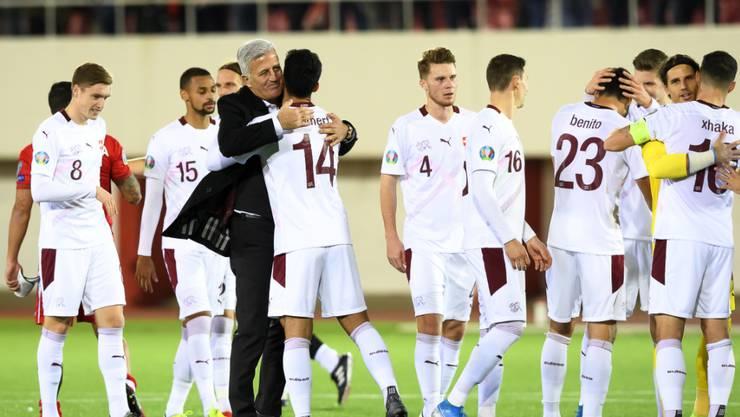Vladimir Petkovic gratuliert seinen Spielern zum Erreichen der EM-Endrunde