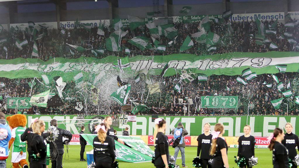 Gute Stimmung kurz vor Spielbeginn bei den Fans des FC St.Gallen, am Samstag, 16. März 2019, beim Fussball Super-League Spiel zwischen dem FC St.Gallen gegen den FC Lugano im Kybunpark in St.Gallen.