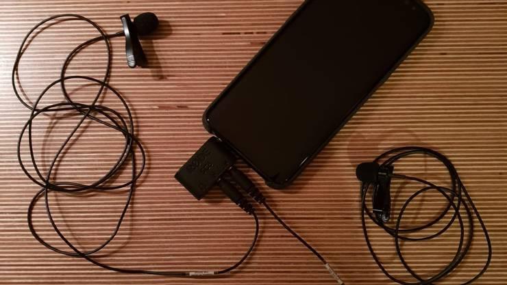 <p>Mit einem iPhone und zwei Ansteckmikrofonen produziert Viktor Giacobbo den&nbsp;&laquo;Giacobbodcast&raquo;.</p>