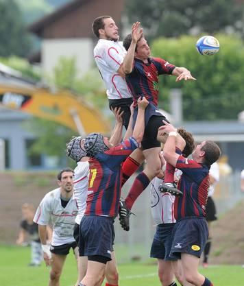 Hannes Merker (oben, Würenlos) pflückt sich den Ball.