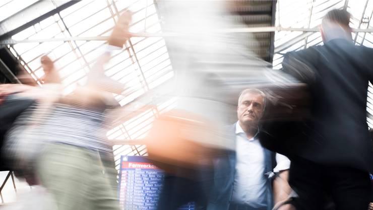 Die Debatte über den Einfluss der Zuwanderung auf ältere Arbeitnehmer wird wieder schärfer: Pendler am Bahnhof.