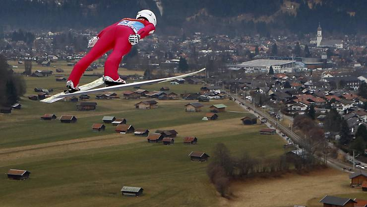 Simon Ammann scheint über die grünen Matten in Garmisch-Partenkirchen zu segeln