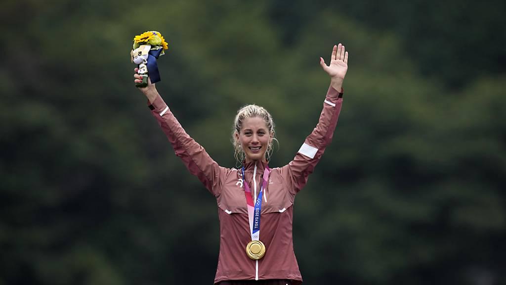 Am Ziel der Träume: Jolanda Neff winkt mit Olympiagold um den Hals vom Siegertreppchen