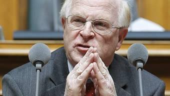 Ulrich Schlüer präsentierte der Öffentlichkeit im letzten Herbst einen «SVP-Lehrplan», der Fremdsprachen in die Oberstufe verbannen, im Kindergarten Mundart durchsetzen und die Schnürlischrift wiedereinführen will.