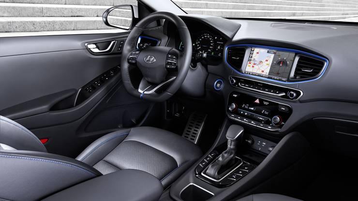 Der Hybrid verfügt über ein Doppelkupplungsgetriebe - erkennbar am konventionellen Wählhebel.