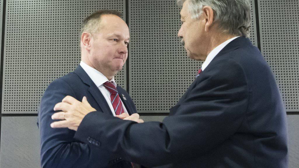 Der alte Präsident von Swiss Olympic (Jörg Schild, rechts) beglückwünscht seinen Nachfolger Jürg Stahl