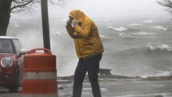 Fussgänger im Sturm in Newburyport im Bundesstaat Massachusetts