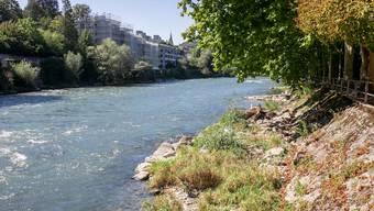 Am Ufer der Limmat in Baden ist der Einstieg in die Limmat nur an wenigen Orten gut möglich.
