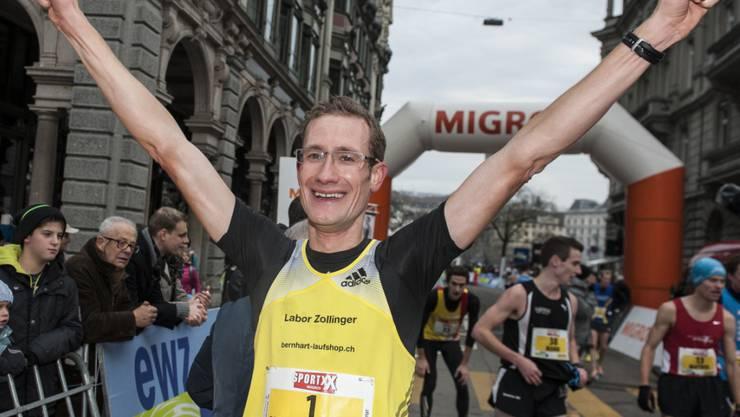 Der Strassenläufern Christian Kreienbühl jubelt am Zürcher Silvesterlauf im Dezember 2013. Soeben hat er den Post-Cup, die damals bedeutendste nationale Laufserie, gewonnen.