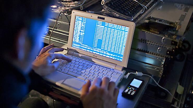 Mit dem neuen Gesetz betreffend die Überwachung des Post- und Fernmeldeverkehrs dürfen etwa Staatstrojaner in Computer eingeschleust werden. (Symbolbild)