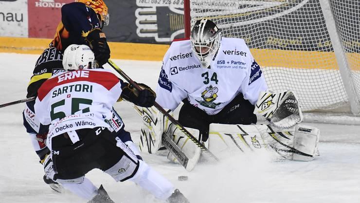EHCO-Torhüter Silas Matthys stoppt SCL-Topskorer Andrew Clark.