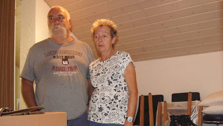 Peter und Brigitta Ebinger inmitten von Kisten, in denen sie das gerettete Hab und Gut aus Parterre und Keller lagern.
