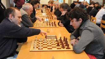Milov Vadin (links) schlägt seinen Verfolger Anvar Turdyev.