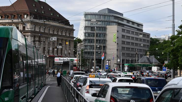Diese Bilder sollen der Vergangenheit angehören. Rotgrün will Umweltvorschriften für den motorisierten Individualverkehr schaffen.
