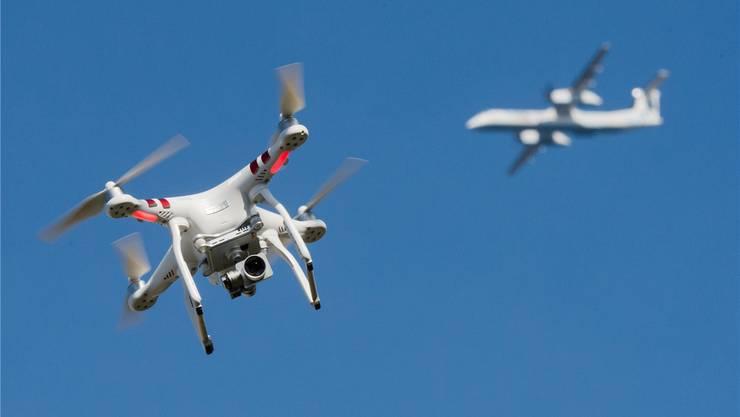 Die aktuellen Regeln für Drohnen reichen der Basler CVP nicht aus. (Symbolbild)