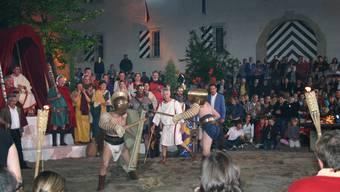 Brot und Spiele: Vor den Augen von Senator Gaius Bruggius und Nik Hartmann schenken sich die Gladiatoren nichts. (Louis Probst)