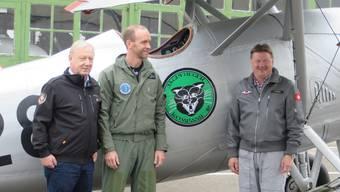 Von links: Peter Brotschi, Präsident Hangar 31, Nicolas Mauron, Kommandant Fliegerkompanie 18, und Paul Misteli, Chefpilot Hangar 31, mit der Dewoitine mit neuem Emblem.