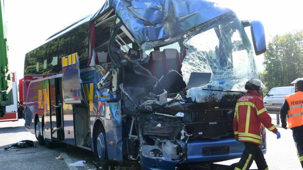 Der verunglückte Reisebus auf der deutschen Autobahn 5. Beim Zusammenstoss des Busses mit einem Abfalltransporter kam eine 30-jährige Reiseleiterin ums Leben. Dutzende weitere Menschen wurden verletzt.
