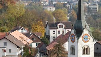 Der Gemeinderat will das sanierungsbedürftige Kirchdorfer Schulhaus (hinter Kirche) durch einen Neubau ersetzen – obwohl in Nussbaumen Schulzimmer leerstehen. (Archiv)