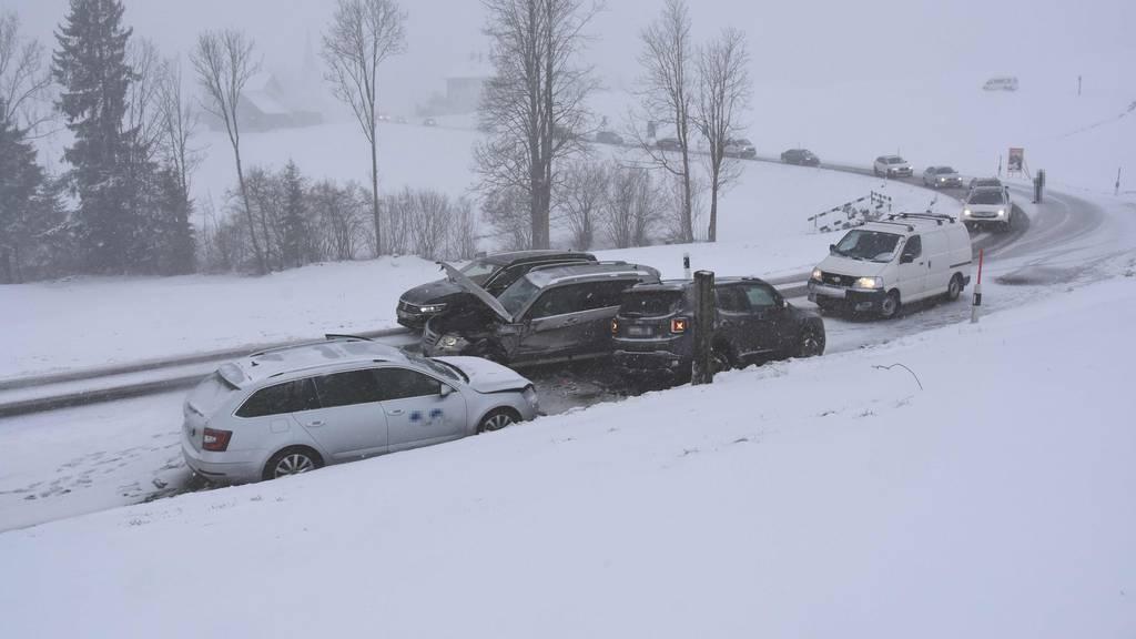 Fünf Verletzte auf schneebedeckter Strasse