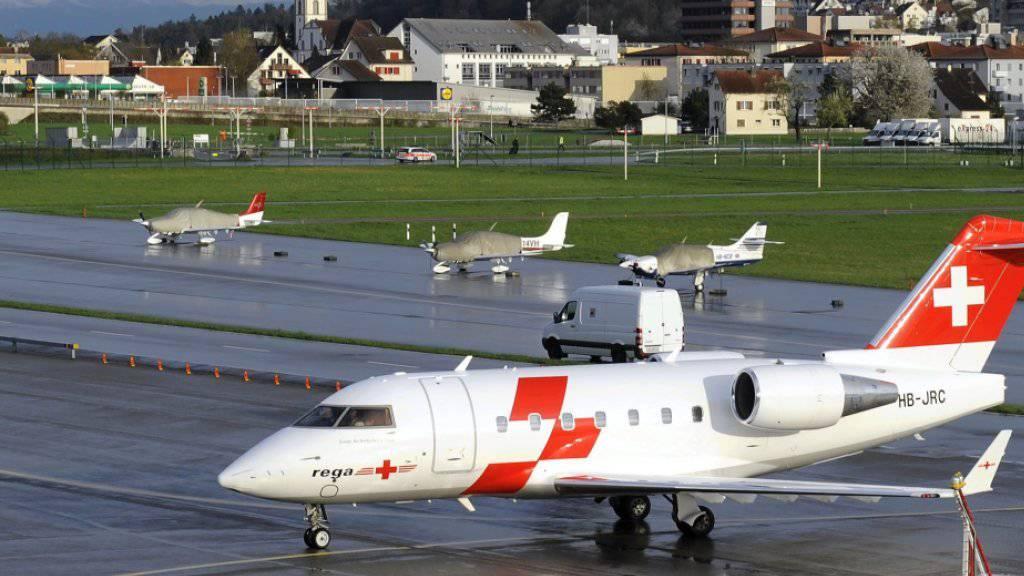 Ein Rega-Ambulanzjet des Typs Challenger 604 auf dem Zürcher Flughafen. Da Verteidigungsdepartement will zwei dieser Maschinen gebraucht kaufen. (Archivbild)