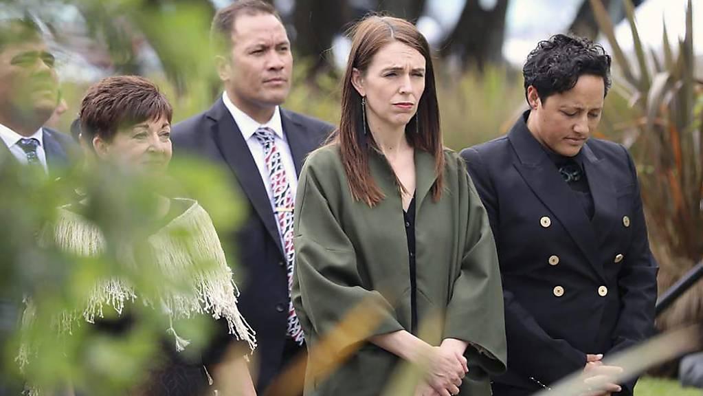 Jacinda Ardern 2.v.r), Premierministerin von Neuseeland, nimmt an einem Gottesdienst anlässlich des ersten Jahrestages nach dem verheerenden Vulkanausbruch in Neuseeland mit 22 Toten teil. Foto: Andrew Warner/NZME/dpa