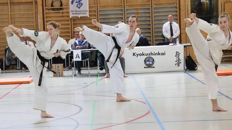 v.l. Kata-WM Teilnehmerin Senpai Chantal Gauch, Senpai Lukas Brändli, Senpai Léane Suter