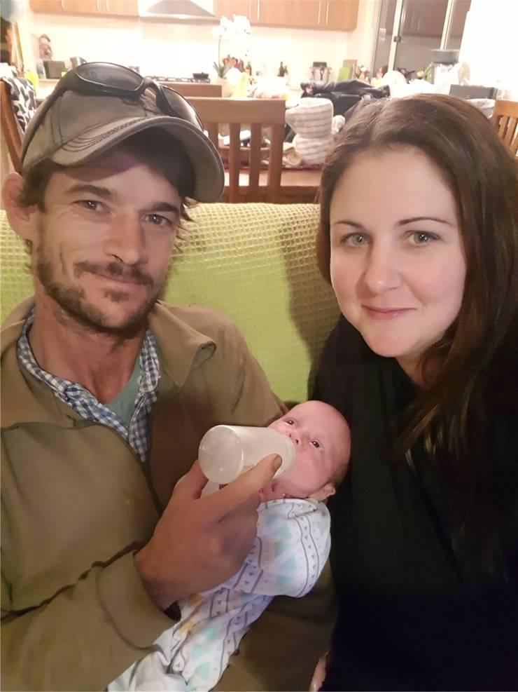Die stolzen Eltern Ueli und Naomi mit ihrem neugeborenen kleinen Roger.